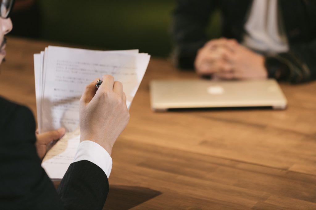浮気調査をかけて証拠をおさえて、離婚条件をつきつけることが大事